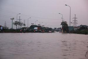 Hà Nội lắp cầu tạm qua đoạn đường bị ngập nặng