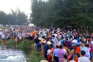 Biển người chen chúc trong lễ mai táng cá voi 'khủng' ở Nghệ An