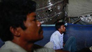 """Cận cảnh """"rạp chiếu phim"""" gầm cầu cho người nghèo Ấn Độ"""