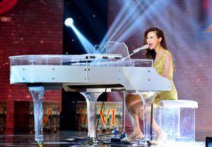 Thí sinh 'đẹp như Hà Hồ' ôm bạn trai Trang Pháp trên truyền hình