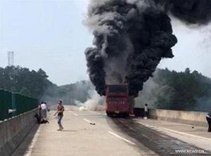 Xe buýt bùng cháy ở Trung Quốc, 30 người thiệt mạng