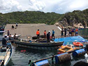 300 khách hoảng loạn trên bè bán hải sản sập ở vịnh Vĩnh Hy, 2 người chết