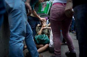 Cảnh dân Venezuela xếp hàng chờ mua đồ thời khủng hoảng