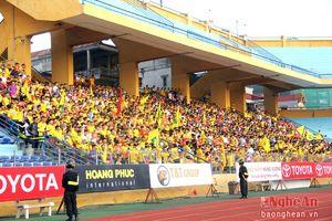 CĐV SLNA 'nhuộm' khán đài sân Hàng Đẫy bằng cờ đỏ sao vàng