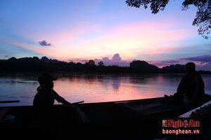 Trắng đêm theo chân 'thợ săn' bắt cua trên sông Lam