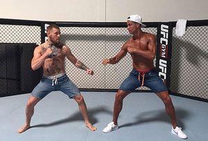 Ronaldo 'thượng đài' với nhà vô địch UFC
