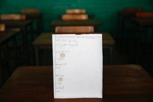 Trẻ em Venezuela vẽ đói khát lên giấy