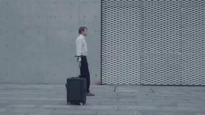 Cowa Robot R1: vali robot có khả năng theo sau bạn như một chú cún con