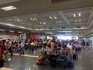 Hành khách mắc kẹt ở sân bay Nội Bài vì chậm bay do mưa bão