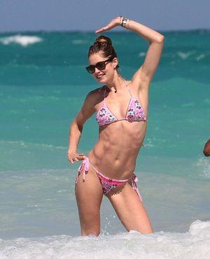 Ngắm loạt sao Hollywood sexy với bikini bé xíu