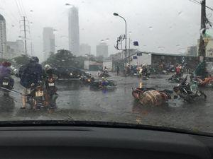 Hà Nội: Ngổn ngang trong cơn bão số 1