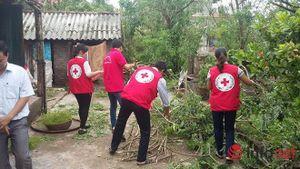 Thái Bình: Tình nguyện viên hỗ trợ người dân khắc phục hậu quả bão số 1 gây ra