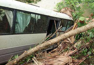 Xe khách lao xuống vực, 8 người bị thương