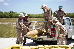 7 người bị bắt vì mang 3 quả bom tạ vừa đào được đi bán