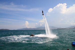 Bay lượn với trò chơi đứng nước trên biển Nha Trang