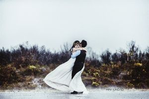 Bất chấp cuồng phong của bão số 1, cặp đôi vẫn 'quẩy tưng bừng' chụp ảnh cưới