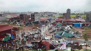 Vòi rồng cao hàng chục mét thổi bay nhiều mái nhà ở Bắc Ninh