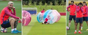 Toàn đội Barca nô đùa với bóng nẩy