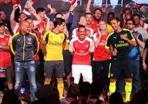 Pháo thủ thành Luân Đôn, ngôi sao Jamie Foxx ra mắt áo đấu mới