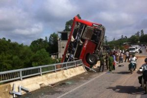 Xe khách treo trên cầu, 11 người thương vong tại Quảng Bình