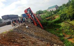 Xe khách treo lơ lửng trên cầu, 1 người chết, 4 người bị thương nặng