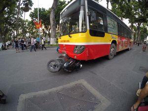 Xe buýt gây tai nạn liên hoàn trên phố Hàng Khay