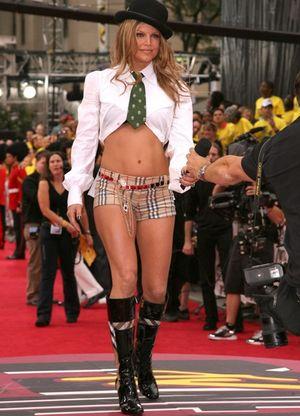 Những bộ cánh 'khó định nghĩa' của sao Hollywood ở thảm đỏ VMAs