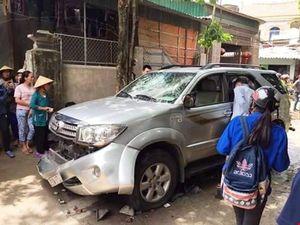 Nghệ An: Người dân đập phá ô tô vì nghi bắt cóc trẻ em
