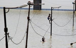 Cảnh tượng lũ lụt kinh hoàng ở Ấn Độ, hơn 300 người chết