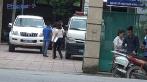 TTYT huyện Gia Lâm cho nhân viên đi làm việc bằng xe cứu thương