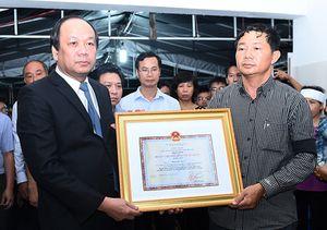 Trao Huân chương truy tặng cho Thiếu úy Phạm Đức Trung