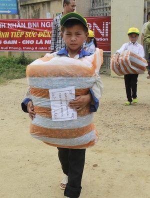 Hỗ trợ 100 triệu đồng tặng quà cho thầy trò vùng biên
