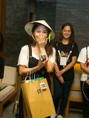 Cựu thành viên nhóm nhạc Kara giản dị tại sân bay Đà Nẵng