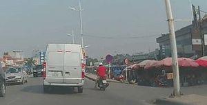 Hà Nội: Phi qua vỉa hè lao xuống đê vẫn 'hạ cánh' an toàn