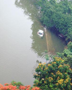 15 hình ảnh 'thất thủ sau trận mưa lớn' ở TP HCM và Hà Nội