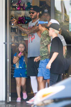 Harper mút kẹo đáng yêu, Cruz xuất hiện điển trai bên bố Beckham và các anh