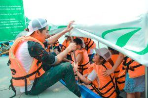 Noo Phước Thịnh cùng học trò quậy vui vẻ trong khu du lịch