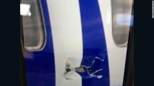Máy bay Mỹ chở 99 người nổ động cơ trên không