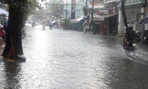 Chợ Trần Nhân Tôn chìm trong biển nước sau cơn mưa lớn