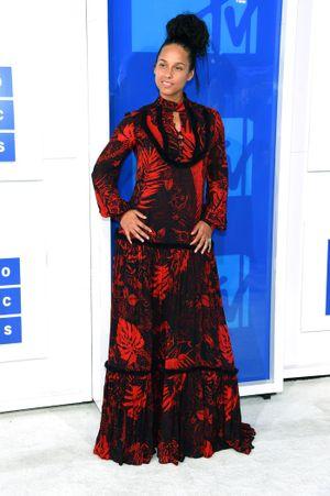 Váy áo 'muối mặt' sao trong Lễ trao giải MTV 2016