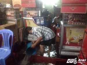 Sài Gòn mưa lớn, đường phố bỗng chốc biến thành sông