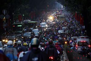 """Kẹt xe kinh hoàng, người Sài Gòn """"chết lặng"""" dưới cơn mưa"""