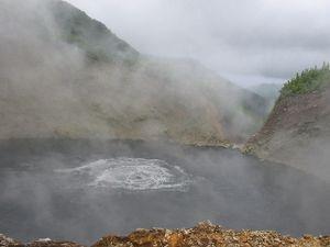 Hồ nước sôi quanh năm: Nguy hiểm nhưng vẫn hút khách