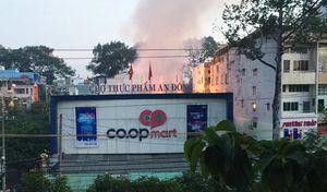 Cháy lớn tại chợ An Đông, tiểu thương ôm hàng tháo chạy