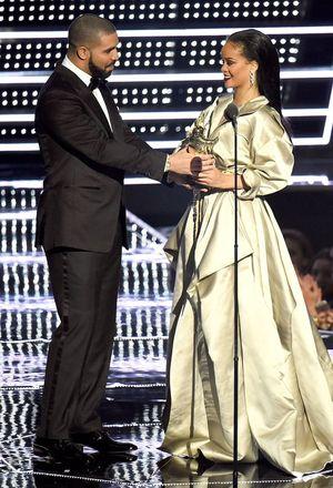 Sau 7 năm chỉ bị xem là bạn, Drake đã tỏ tình với Rihanna trước mặt cả thế giới