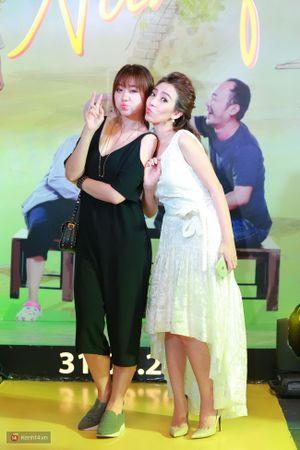 Hari Won tạo dáng nhí nhảnh cùng Thu Trang tại họp báo phim 'Nắng'