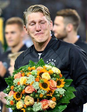 Xem Schweinsteiger khóc nức nở trong ngày chia tay tuyển Đức