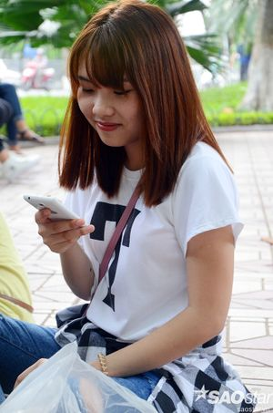 Giới trẻ miền Bắc thích thú trải nghiệm wifi miễn phí ở Hồ Gươm