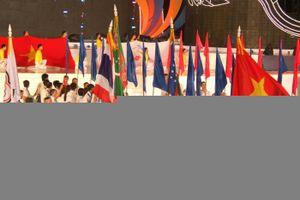 Thủ tướng đội mưa dự lễ khai mạc ABG 5