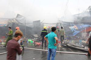 Cháy ngùn ngụt ở chợ đêm làng đại học, người dân ôm đồ tháo chạy